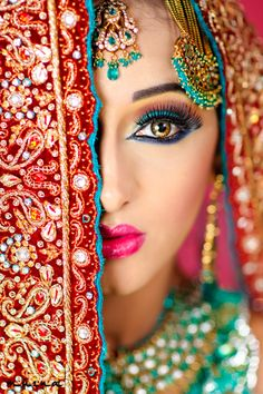 Beautiful Indian Bridal Makeup ideas for your Indian Wedding. All that color is beautiful! Beautiful Eyes, Most Beautiful, Absolutely Gorgeous, Beautiful People, Beautiful Pictures, Beautiful Indian Brides, Beautiful Bride, Indian Bridal Makeup, Asian Bridal