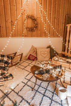 DIY déco : un faux feu de bois dans un brasero - C by Clemence Led A Pile, Bougie Led, Deco, Blog, Fire Pits, Led Garland, Light String, Small Candles, Diy Room Decor