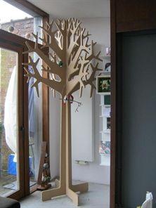 Un porte manteau en bois brut (ampm) sous l'escalier