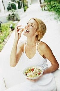 Women Laughing Alone With Salad / click through for the whole thing - I guess salads are really, really funny! Women Laughing, People Laughing, Salad Meme, Funny Salad, How To Eat Better, People Eating, How To Make Salad, Alone, White Women
