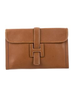 Marron d'Inde Chevre de courchevel Hermès Jige 29 with beige contrast stitching, beige woven interior lining and fold-in flap closure at front face. Blind stamped Circle V from 1992. Shop Hermès consignment handbags at The RealReal.