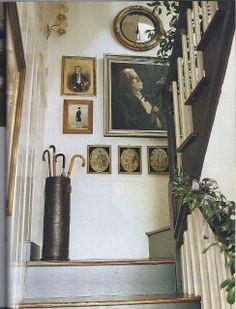 I have always loved Atlanta interior designer Jacquelynne aka Jackye Lanham's style. I love her use of fine antiques mixed with casual fabr. Wabi Sabi, Picture Arrangements, Halls, Estilo Country, Interior And Exterior, Interior Design, Interior Architecture, Charleston Homes, Hanging Art