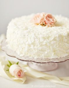 Coconut cake ~ hit the translate button in upper right corner for English or any other language Pretty Cakes, Beautiful Cakes, Köstliche Desserts, Delicious Desserts, Food Cakes, Cupcake Cakes, Yummy Treats, Sweet Treats, Piece Of Cakes