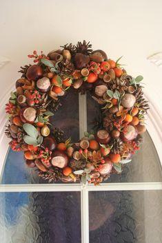 Ajtókoszorú őszi kincsekből Door wreath from autumn treasures Xmas Wreaths, Autumn Wreaths, Flower Decorations, Christmas Decorations, Fall Crafts For Adults, Wreath Crafts, Fall Diy, Autumn Inspiration, Fall Decor