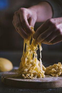 Incredibile come due soli ingredienti possano trasformarsi in un piatto amato da tutti! Ecco come si fanno a casa mia le tagliatelle all'uovo