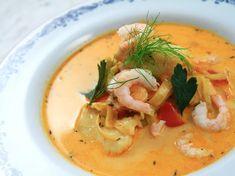 Klassisk saffransdoftande fisksoppa med blandad fisk, räkor, vitt vin och fänkål. Serveras med en klick vitlöksaioli.