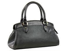 Bolsa femininas média em couro estampado, com detalhes e alças em couro liso. Compartimento interno em duas partes e bolsos para objetos.