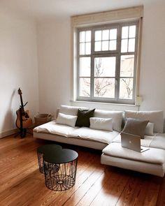 Altbauliebe in Holz & Weiß   SoLebIch.de Foto: derhannerich #solebich #einrichtung #einrichtungsideen #dekoration #deko #interior #interiordecor #wohnideen #wohnen #couch #sofa #wohnzimmer #livingroom #schwarz #weiß