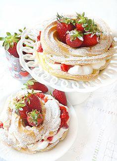 Desserts go go: Mini Paris-Brest chantilly cream and strawberries Small Desserts, Mini Desserts, Delicious Desserts, Yummy Food, Sweet Recipes, Cake Recipes, Dessert Recipes, Paris Brest, Cafe Food