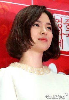 Lương Triều Vỹ quấn quýt Song Hye Kyo trên thảm đỏ - Kênh 14