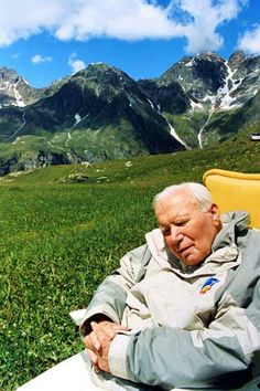 19 de julio 2001: El Papa Juan Pablo II se sienta y descansa durante sus vacaciones en el resort de montaña de Les Combes, norte de Italia