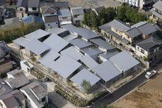 In un quartiere residenziale di Kyoto lo studio Kazuyo Sejima & Associates ha progettato dieci residenze rispettando i regolamenti urbani ma dando a ciascuna