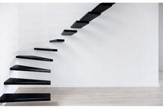 階段とは、上の階と下の階をつなぐもの。 でも、それだけじゃつまらない。家にこだわるなら階段にだって一工夫を。 というわけで、少しこだわり過ぎたユニークな階段たちを紹介します。 まずは、めまいがしそうなこちらの階段。 一段一段が曲線で結びつくデザインで、手すりの柱までうねっています。 しっかり足元を見て上らないとクラクラ...