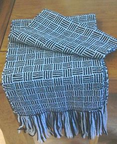 How to weave a log cabin scarf – FibreHut Limited Houndstooth Scarf, Hem Stitch, How To Make Scarf, Weaving Patterns, Tie Colors, Weaving Techniques, Hand Weaving, Two By Two, Cabin