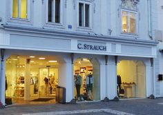 C. STRAUCH: MODE VON WELT IN WELS Am Welser Stadtplatz versammelt C. Strauch klassisch-elegante Mode exquisiter Labels. So als wäre der Store schon immer da und Wels eine Weltstadt.
