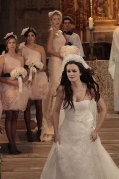 Pin for Later: Look Back at Every Gossip Girl Wedding! Louis and Blair's Wedding Humiliated, Blair flees the ceremony. Estilo Blair Waldorf, Blair Waldorf Outfits, Gossip Girl Outfits, Gossip Girl Fashion, Gossip Girl Wedding, Gossip Girl Blair, Gossip Girls, Blair And Serena, Serena Van