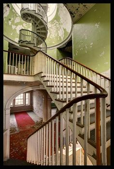 Another view of the staircase inside Western State Hospital in Staunton, VA Abandoned Buildings, Abandoned Asylums, Old Buildings, Abandoned Places, Beautiful Ruins, Beautiful Places, Beautiful Stairs, Design Innovation, Abandoned Hospital