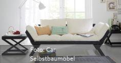 Das weiße Sofa dem schwarzen Gestell ist ein richtiger Eyecatcher und gestaltet zusammen mit dem schwarzen Beistelltisch eine kuschelige Sitzecke im Wohnzimmer. - mehr Ideen auf www.roomido.com