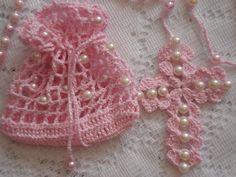 Gracioso terço, confeccionado em linha de algodão e mini pérolas; acompanha saquinho também em crochê, para guardá-lo.