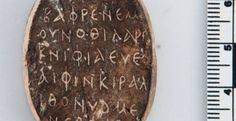Κατά τη διάρκεια ανασκαφής στην αρχαία πόλη της Πάφου στη νοτιοδυτική Κύπρο, οι αρχαιολόγοι έφεραν στο φως ένα μάλλον ενδιαφέρον αντικείμενο. Πρόκειται για ένα φυλαχτό που φέρει παλινδρομική επιγραφή 59 γραμμάτων στα Ελληνικά. Οι παλινδρομίες είναι ακολουθίες χαρακτήρων, όπως λέξεις ή αριθμοί, που διαβάζονται το ίδιο προς τα πίσω ή π