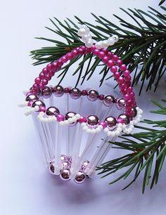 Vánoční+košíček+ledově+fialový+Košíček+je+vyrobený+ze+skleněných+korálků,+tyčinek+a+perliček+vledově+bílé+a+fialovébarvě.+Délka6,5cm+s+rukojetí.+Krásně+se+vyjímá+na+vánočním+stromečku,+větvičce+nebo+jako+drobný+dáreček+pro+Vaše+přátele.