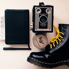 Martens range of men's Originals boots & shoes, with icons such as the 1460 boot. Hipster Outfits, Hipster Fashion, Mens Fashion, Dr. Martens, Hipster Wedding, Leather Boots, Chelsea Boots, Combat Boots, Turkey Wraps