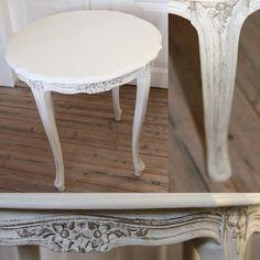 Sofabord - sidebord i råhvid med udskæringer. Det er et flot sofabord/sidebord med udskræringer, som er malet i French Linen med tør Brusch og råhvid i bunden og vokset med  Annie Sloan Chalk Paint serien.