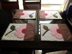 conjunto de jogo americano em tecido com flor em pacthwork Handmade Crafts, Diy And Crafts, Fabric Crafts, Sewing Crafts, Kasuti Embroidery, Doll Carrier, Small Sewing Projects, Quilt Border, Vintage Design