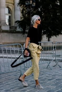 8 tips om hur du skapar ett fashionabelt klädsel i Khaki byxor Look Casual Otoño, Casual Chic, Fashionista Trends, Mode Outfits, Stylish Outfits, Mode Ab 50, Khaki Pants Outfit, Effortlessly Chic Outfits, Polished Casual