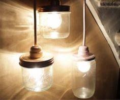 Cette lampe est créée à partir d'un kit de lampe : cordon souple avec interrupteur, prise secteur et support de douille sur laquelle vient se visser l'ampoule. Il vous faut récupérer un joli bocal en verre suffisamment grand pour contenir l'ampoule. Percez son couvercle en métal proprement au moyen d'une pince coupante afin d'y fixer la douille. Réalisez les branchements électriques, refermez le pot et le tour est joué.