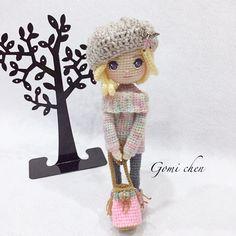 《試鉤》20180403「席拉Sheila」 Pattern by @yu_shan_deng 線材:主體髮線呼拉拉、 衣服帽子用特殊線(雪兒家的) 鉤針:1.75mm&2.0mm 雖然已經快夏天了,席拉一身的都會時尚打扮讓我很希望冬天快來!我也想這樣穿啦!…