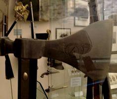 Hache de sapeur du 4ème Régiment d'Infanterie légère, France - Ier Empire (Musée d'histoire militaire de Vienne). Sapper axe, 4th Light Infantry regiment, France - Ist Empire (Military Museum, Vienna, Austria).