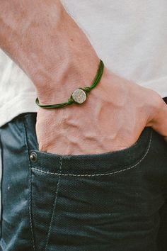Grünes Armband für Männer - Schnur Armband mit Silber plattiert Runde Charme. Das Kabel ist dunkelgrün und aus Wachs und der Charme ist versilbert. Sie können eine unterschiedliche Kabel-Farbe von den Farben, die im letzten Bild gezeigt anfordern. Das Armband ist 7 1/2 Zoll lang. Möchten Sie eine andere Länge, lassen Sie uns wissen und wir machen es für Sie. Dieses Armband ist toll als Geschenk für einen Mann oder ein Junge. Alle unsere Schmuck kommt verpackt und bereit zum Geschenk! ...