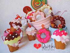 Chaveiros de Cupcakes e Donuts Play Kitchen Food, Play Food, Cute Crafts, Felt Crafts, Felt Cake Pattern, Felt Food Patterns, Diy Xmas Gifts, Cute Sewing Projects, Cookie House