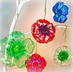 Ein Plastikflaschen Boden ähnelt einer Blume und kann als Anhänger dienen