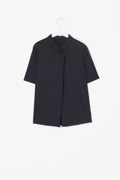 Made from crisp cotton-mix with a slight stretch, this shirt has an overlap box pleat on the front for a flared A-line shape. A short-sleeved style with with neat tailored shoulders, it has a narrow shirt collar and hidden back zip fastening.