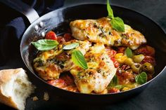One Pan Caprese chicken - This super-easy one-pan dinner is ready in a flash, and low-cal -perfect! This super-easy one-pan dinner is ready in a flash, and low-cal -perfect! 500 Calorie Meal Plan, 500 Calorie Dinners, Creamy Chicken Pasta, Caprese Chicken, Cheesy Chicken, Chicken Salad, Super Easy Dinner, Cooking Recipes, Healthy Recipes