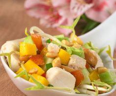 Ensalada tropical con pollo y salsa griega