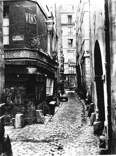 """Voici une photo qui laisse rêveur. On découvre la rue Glatigny (également connue sous le nom """"Val d'Amour, vous imaginez pourquoi), vue depuis la rue Haute des Ursins. Ne cherchez plus ces petites rues, il s'agit du Paris médiéval sur l'Île de la Cité, rasé par le baron Haussmann... (photo par Charles Marville, 1865)."""