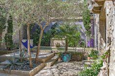 Pas besoin d'un grand jardin pour avoir une piscine! - Esprit Laïta Surface Habitable, Arch, Outdoor Structures, Garden, Plants, Provence, Parking Spots, Beautiful Gardens, Patio