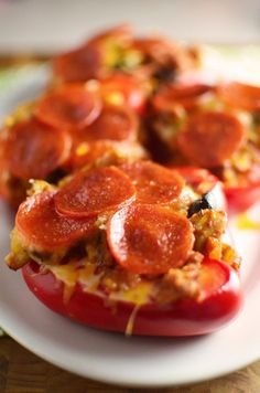 How delicious does this healthy Pizza Stuffed Peppers keto dinner recipe look?!