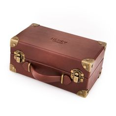 The Henry London Mini Suitcase is the ultimate presentation case. The leather effect suitcase features vintage style metal clasps and a satin textured lining. Also included is a removable watch pillow which can showcase up to three watches. Perfect for storing your Henry London watch collection or as a gift box for special occasions. Box is encased in a vintage style outer.