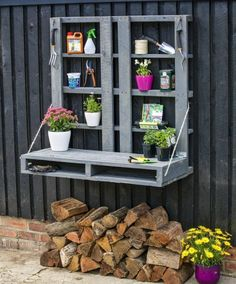 Recycled Pallet Potting Bench Ideas - Want to know how to build a potting bench? Our potting bench plan will give you a functional, beautiful garden potting bench in no time! Pallet Potting Bench, Potting Tables, Pallet Sofa, Outdoor Pallet Projects, Diy Garden Projects, Garden Ideas, Pallet Ideas, Patio Ideas Using Pallets, Make A Fire Pit