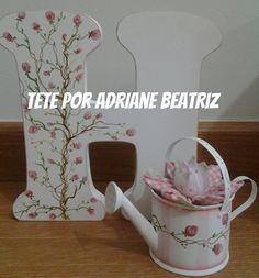 letra e mini regador para decoração de prateleiras ou mesinhas de apoio