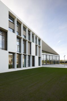 Herning Vocational School covered in elegant facade panels in ultra high performance concrete Education Architecture, School Architecture, Architecture Collage, Learning Spaces, Learning Environments, Ford Gt, Alfa Romeo, Rolls Royce, Aston Martin