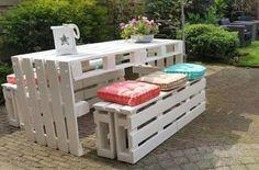 Een tuintafel set gemaakt van pallets, 15 pallets in totaal gebruikt voor 1 lange eettafel en 2 lange bankjes. Afgelakt met witte dekkende buitenbeits van Ceta Bever. Kussens bij de Kwantum vandaan. Groot genoeg om met 6 volwassenen aan tafel te kunnen zitten.