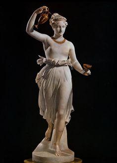 L'Ebe di Antonio Canova. Una scultura simbolo della giovinezza che passa. Raffigura una giovane donna mentre accenna un passo, lieve, quasi danzante.