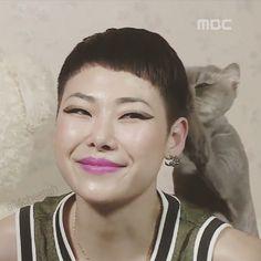 Cheetah's Cat petting her while they film her in an interview. Haha! Sooo cute! Lol! #femalekoreanrapper #rapper #swag #selca #koreanrapper #exlikes #2ne1 #bigbang #ikon #winner #btob #epikhigh #chaelin #bts #exo #kpop #korean #2pm #missa #sistar #blockb #vixx #got7 #ailee #vixx #exid #redvelvet #all4cheetah