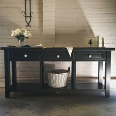 You may look twice at your furniture when you see this gorgeous sideboard that @throwaway.society lovingly reinvigorated! Using a custom colour Porter's Paints Chalk Emulsion that Francine developed with our distributor, the sideboard has a new lease on life