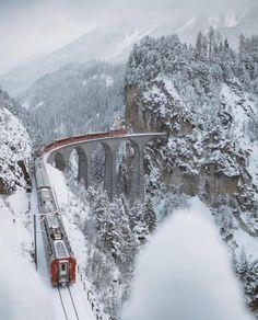 Wiadukt Landwasser - wiadukt kolejowy nad rzeką Landwasser w Alpach, w kantonie Gryzonia, w Szwajcarii.